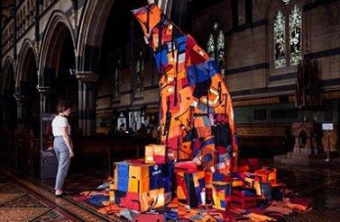 Chiêm ngưỡng tác phẩm cây giáng sinh 'Not a Creature was Stirring' của nhà văn Ben Quilty và họa sĩ Mirra Whale